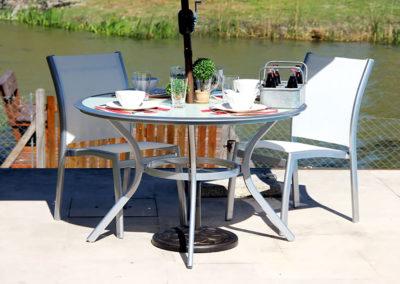 Mesa de Aluminio Onyx 1.20 mts con Sillas Classic. Disponibles con Tela Negra o Blanca